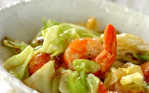 塩味がキャベツの甘みを引き立てる、ご飯が進む「春キャベツとエビの塩炒め」