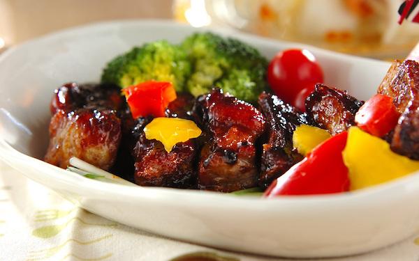 タレをからめながら焼くだけ、簡単に作れる「スペアリブのママレード煮」