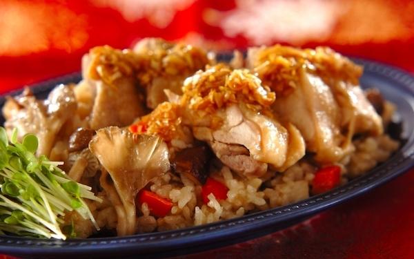 2品を炊飯器で同時に作れる、ボリューミーな「蒸し鶏の炊き込みご飯」
