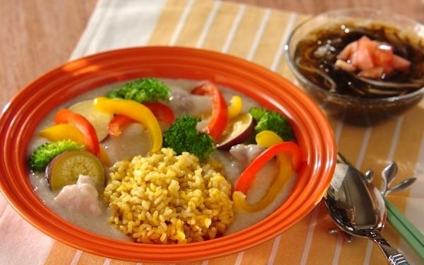 腸内環境を整える、満足感のある「長芋と豆乳のシチュー 玄米ターメリックピラフ添え」