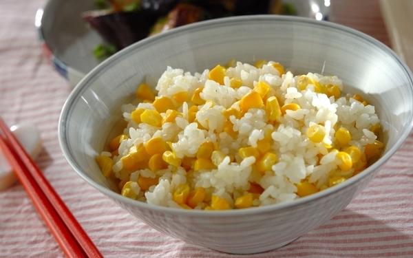 芯を一緒に入れることで美味しさアップ! 簡単に作れる「トウモロコシご飯」