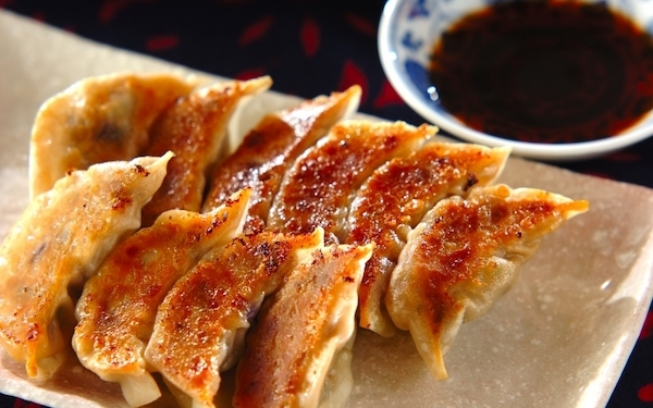 白菜の代わりにナスを使用、旬の味覚を楽しめる「ナス餃子」