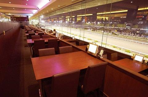 新感覚!豪華な料理と落ち着いた雰囲気の競馬場レストランでリッチな女子会!