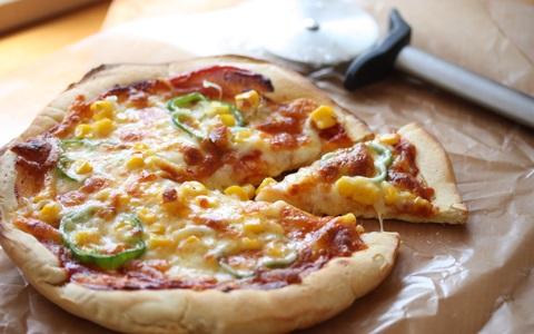 今回は、薄力粉100%のカリカリ系ピザです。強力粉を使うレシピが多いのですが、薄力粉の方がおうちにある確率が高いですよね。薄力粉とベーキングパウダーを使った