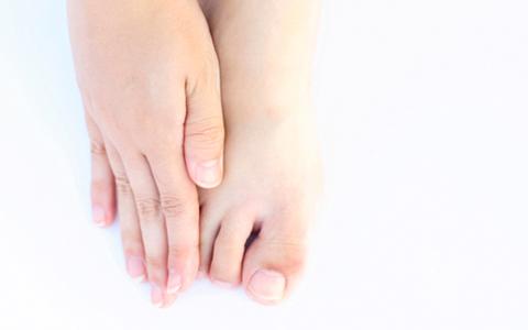 足裏の厚い角質や魚の目が、骨盤の歪みの原因になる