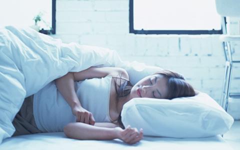 寝るときにブラジャーつけてますか? 快適な眠りとバストを守る専用ブラとは
