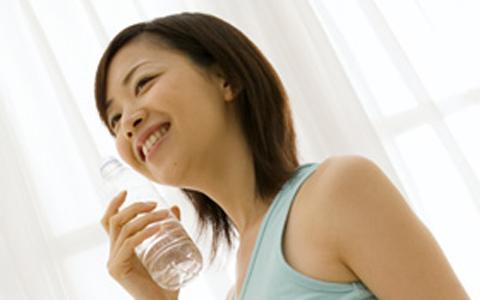 花粉症対策にはミネラルバランスを保つことが大切!? 飲み物をミネラルウォーターにしてみては?