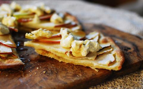 生と焼きの両方の食感が楽しめるデザート「りんごピザ」