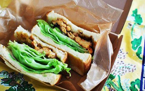 美肌効果も期待できるお弁当! 「テンペのてりやきサンドイッチ」