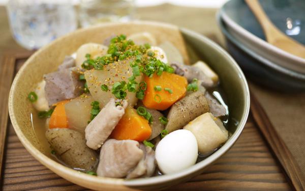 寒い日に彼と食べたい、日本酒にも合う熱々モツ煮