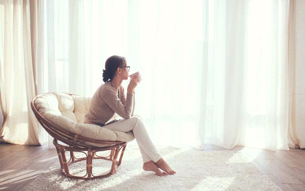 スマートな女性が実践する、キレイな部屋をキープするとっておきの掃除方法