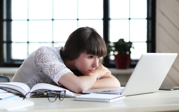 デスクワークの女性必見! 眼精疲労を改善する方法