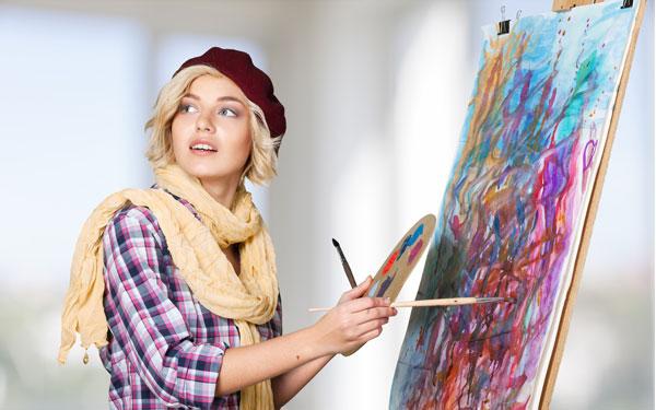キャンバスに絵を描く女性