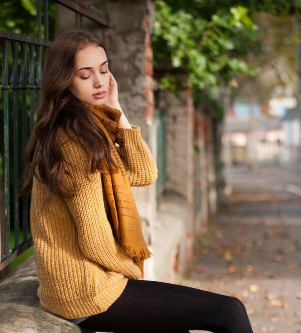 黄色いニットを着ている女性(縦)