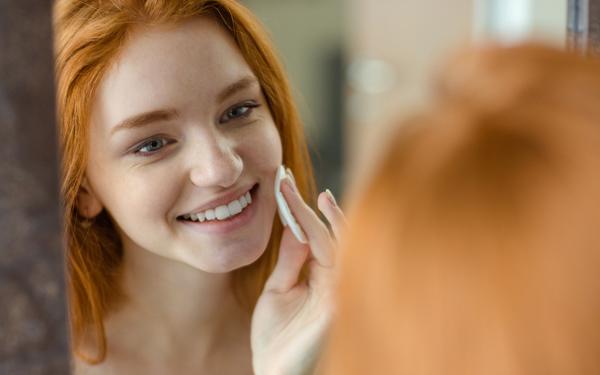 肌のお手入れをする笑顔の女性