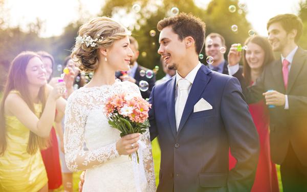 結婚式で見つめあう新郎新婦