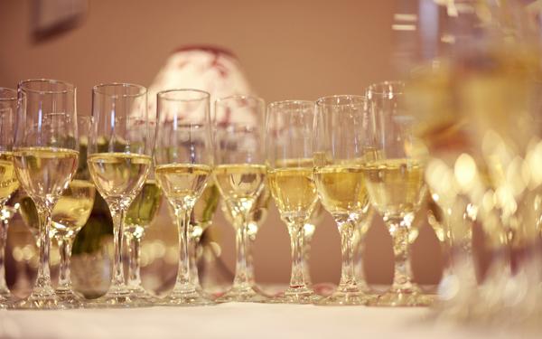 テーブルに並ぶシャンパングラス