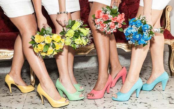 花束を持ちハイヒールを履いた女性たち