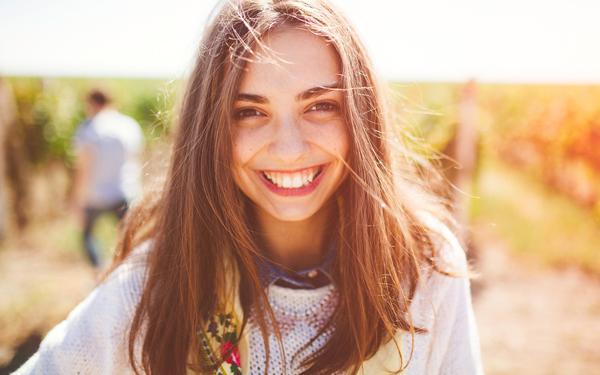 笑顔でほほ笑む幸せそうな女性