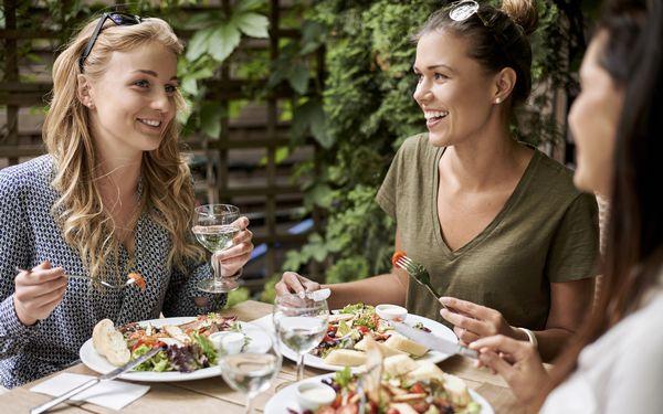 食事をする女性たち