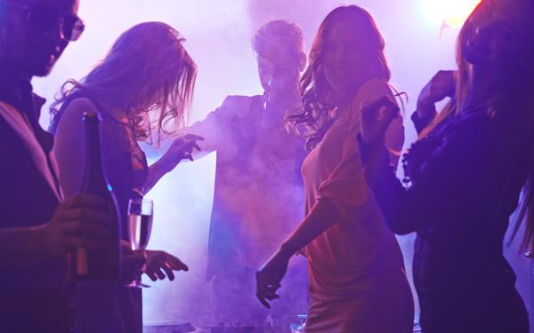 クラブで踊る人たち