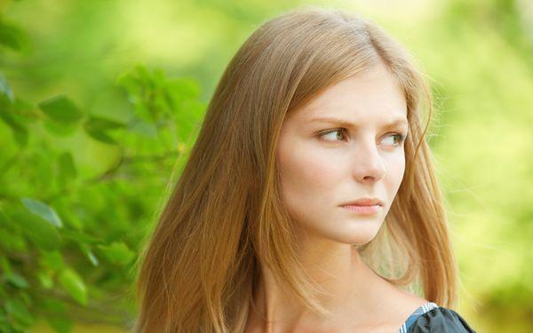 険しい表情の女性