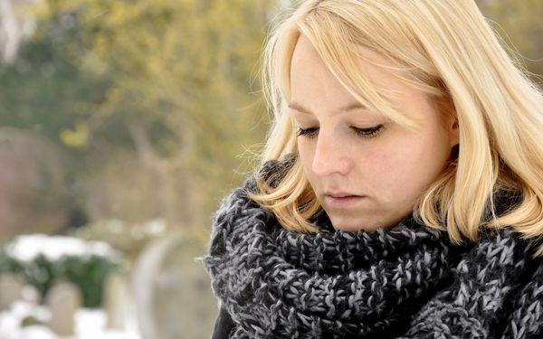 雪のなかにいる女性