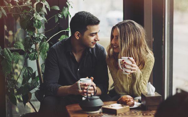 お茶を飲むカップル