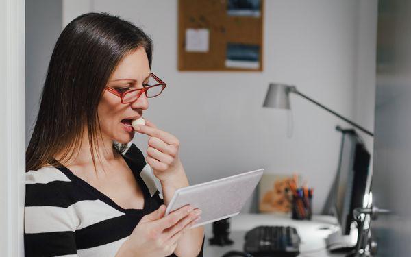 職場でおやつを食べる女性