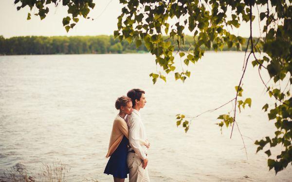 湖畔にいるカップル