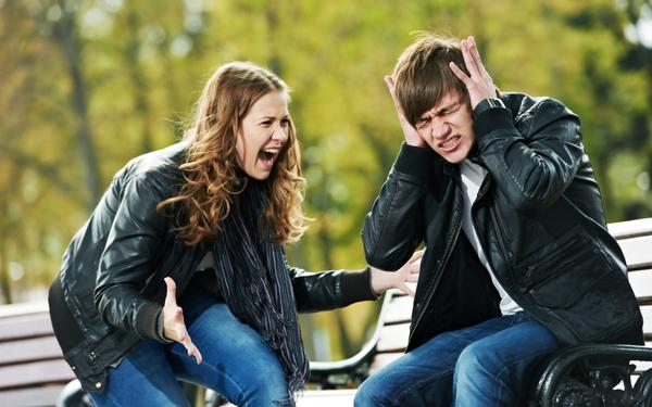 言い争いをする男女のカップル