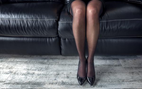 ハイヒールを履いた女性の足