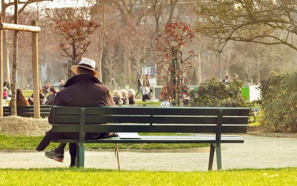 ベンチにすわる男性