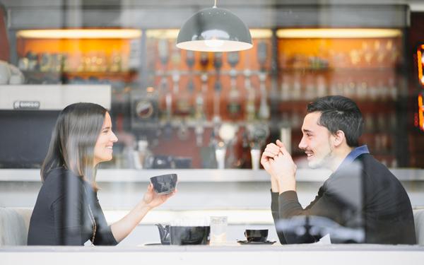 コーヒーを飲みながら会話をする男女のカップル