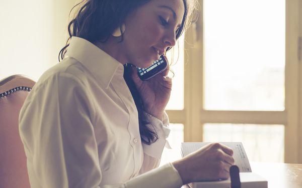 スケジュール帳に記入する女性