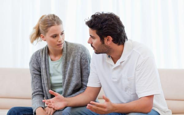 話し合いをする男女のカップル