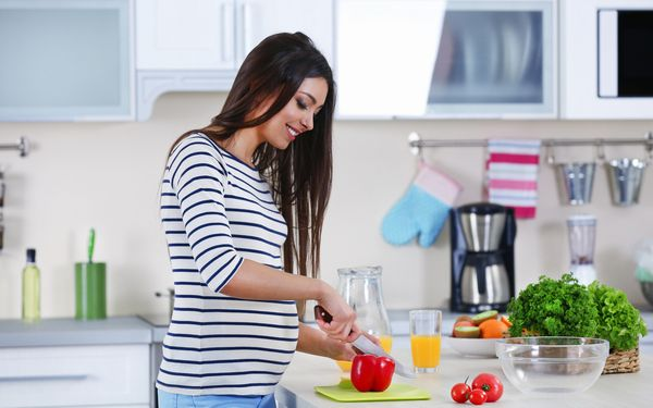 料理をする妊婦
