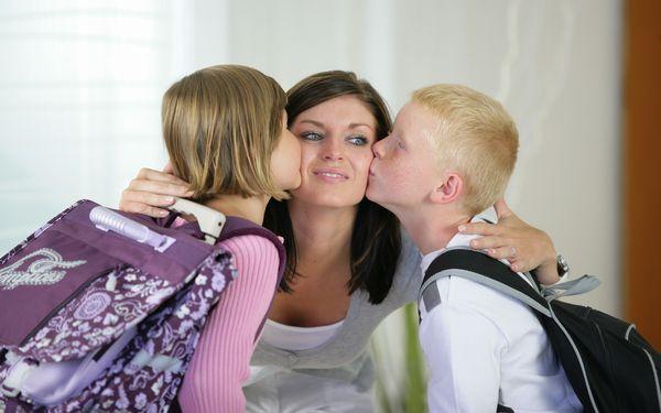 子どもたちにキスされる母