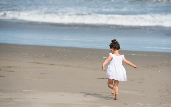 海辺をあるく子ども