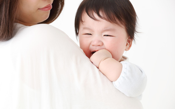 親子・泣く赤ちゃん