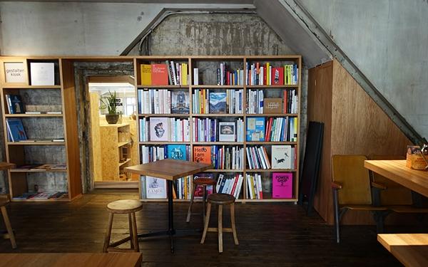 洋書を眺めながら、ゆったり過ごす #本郷三丁目 #FARO COFFEE & CATERING