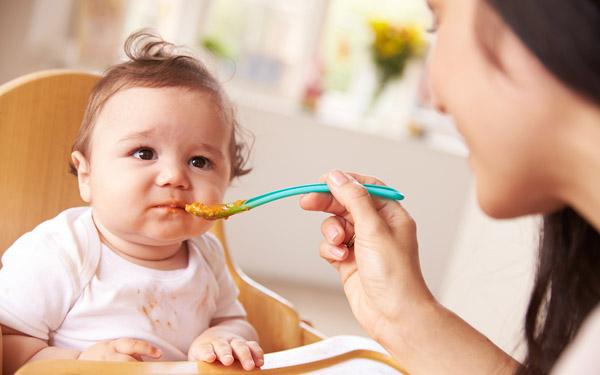 なんで食べてくれないの…? 赤ちゃんが食事をこばむときの意外な原因