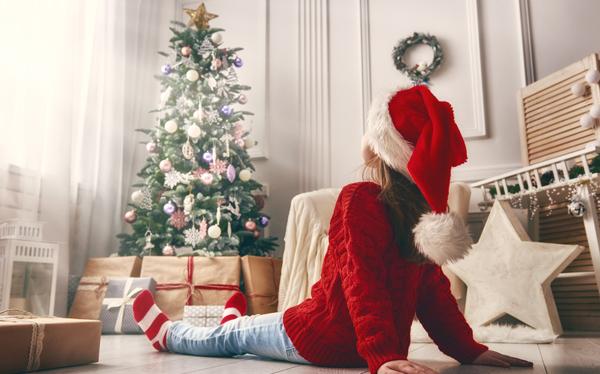 クリスマスツリーを見上げる子ども