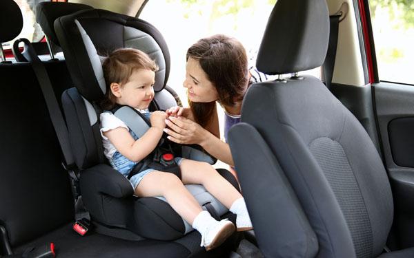 車内の子どもの様子を見るママ