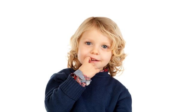 爪を噛むのをやめさせたい! 86.3%の親が子どものクセに悩んでいる?
