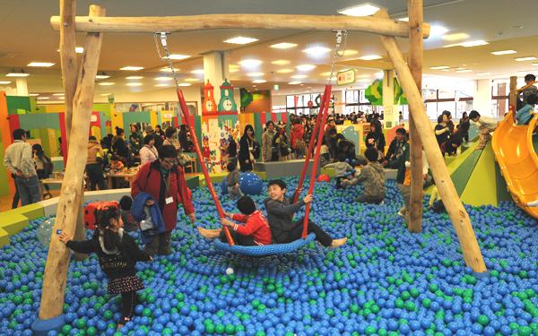 福島県の施設(ペップキッズこおりやま)。2011年12月23日にオープン。外でできるはずだったあそびをすべてを体験できるような環境づくりを行った。ふるさとへの愛着と誇りが感じられるよう、グラフィックは福島の豊かな自然をモチーフに。オープンから5年たった今では、毎日の子どもの生活に欠かせない施設として連日賑わっている。