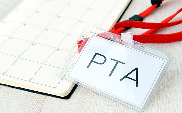机に置かれた「PTA」のネームカード
