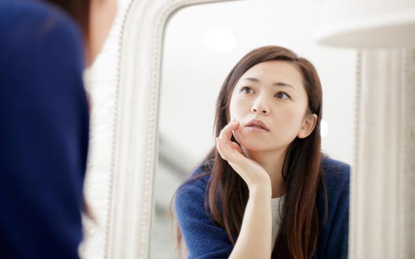 ふと鏡を見てギョッ! 30代から自覚したい「疲れたオバサン顔」の兆候