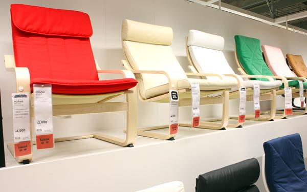 日本人デザイナーが手がけたイケアで人気のアームチェア「POANG」シリーズ。アームチェア、バーチ材突き板6,990円(税込)~。フレームもクッションの綿も、再生可能素材でつくられています。