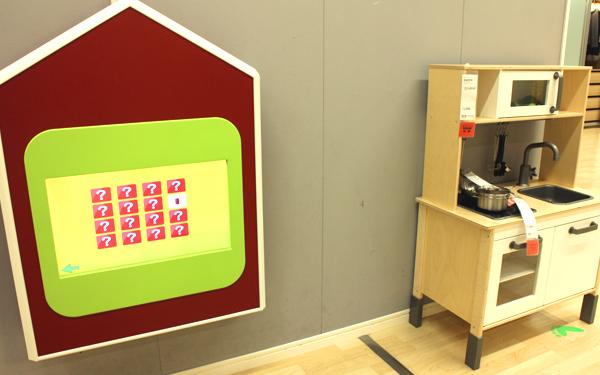 タッチパネルで絵合わせなどができるプレイタワー。